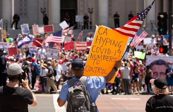 הפגנות בלוס אנג'לס נגד המגבלות בחודש מאי האחרון. כיום מערכת הבריאות שם בקריסה. צילום: Matt Gush|Shutterstock