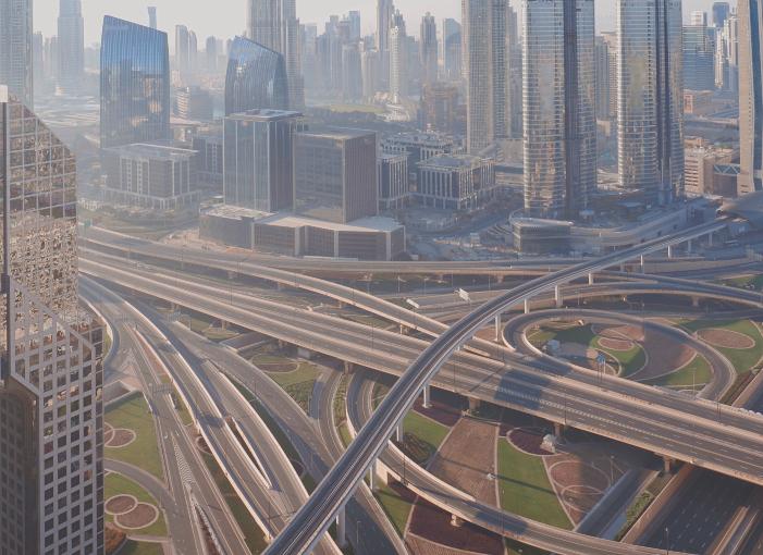 גורמים רבים נוספים חוץ מהסגר משפיעים על הזיהום. כבישים ריקים במרכז דובאי בזמן סגר | צילום: Kirill Neiezhmakov, Shutterstock