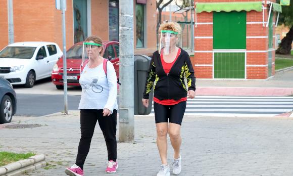 נשים מספרד עוטות מגן פנים שקוף | צילום: agsaz, Shutterstock