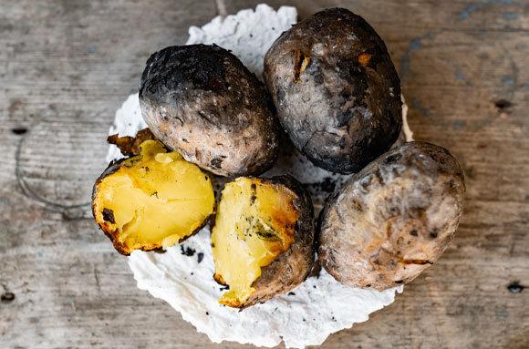 תפוחי אדמה שניצלו בגחלי מדורה   Shutterstock, Anna-2118