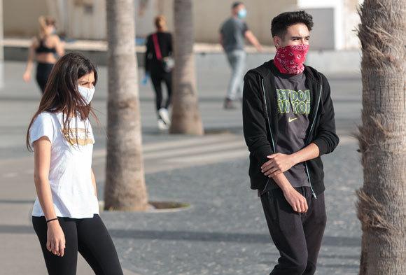 בני נוער בטיילת של תל אביב | צילום: Furmiga Stock, Shutterstock