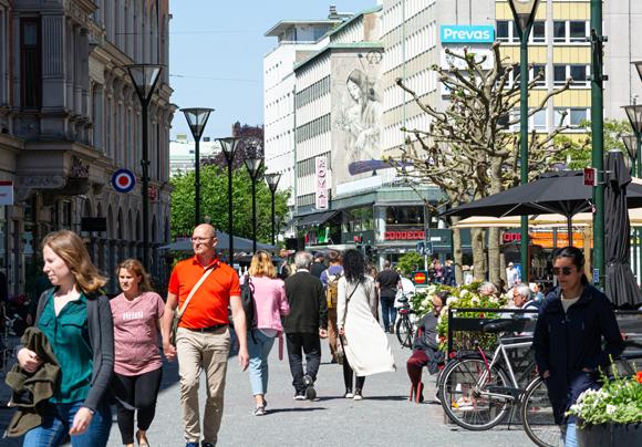 לא הוטל סגר, אך ההגבלות הוחמרו. אנשים ברחובות העיר השוודית מאלמה ביוני 2020 | צילום: Dan Manila, Shutterstock