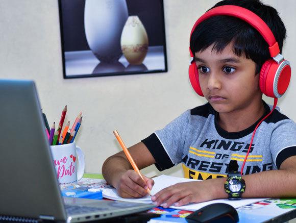 ילד יושב מול מחשב ולומד בלמידה מרחוק | Shutterstock, nik_nadal