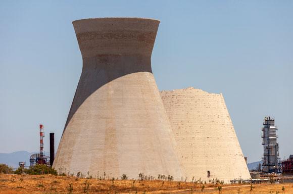 פעלו כמגדלי קירור עד שנת 2009 והפכו לאחד הסמלים של מפרץ חיפה. המגדלים לאחר הקריסה | צילום: StockStudio Aerials, Shutterstock