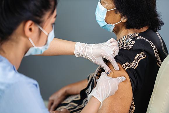 אישה מבוגרת מקבלת חיסון קורונה   צילום: BaLL LunLa, Shutterstock