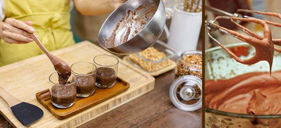 אישה מכינה מוס ומוזגת אותו לכוסות | Shutterstock, Anastasiya Kargapolova