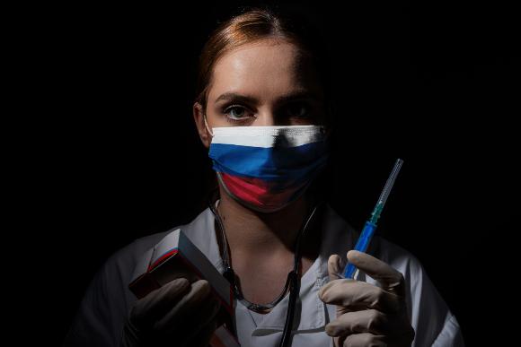 רופאה עם מסכה בצבעי דגל רוסיה וחיסון | צילום: Haris Mm, Shutterstock