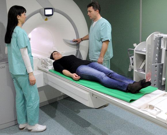 אישה מוכנסת למכשיר MRI | מקור: Shutterstock