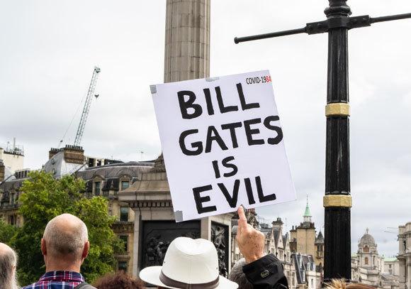 שלט נגד ביל גייטס בהפגנת מחאה על סגרי הקורונה בלונדון, 2020 | צילום: JessicaGirvan, Shutterstock