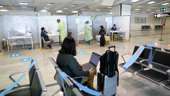 עמדות בדיקת נוסעים בנמל התעופה של רומא, איטליה | צילום: Alessia Pierdomenico, Shutterstock