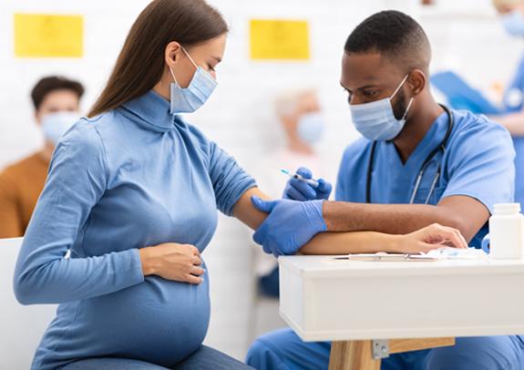 אישה בהיריון מקבלת חיסון לקורונה. הניסוי לא כלל נשים הרות או ילדים | צילום: Prostock-studio, שאטרסטוק