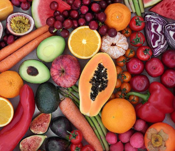 הצבע הוא המסר: אני טעים ומוכן למאכל. פירות וירקות במגוון צבעים | צילום: marilyn barbone, Shutterstock
