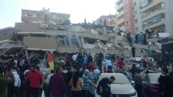 אזרחים מנסים לחלץ לכודי מבניין שקרס באיזמיר | צילום: VP Brothers, Shutterstock