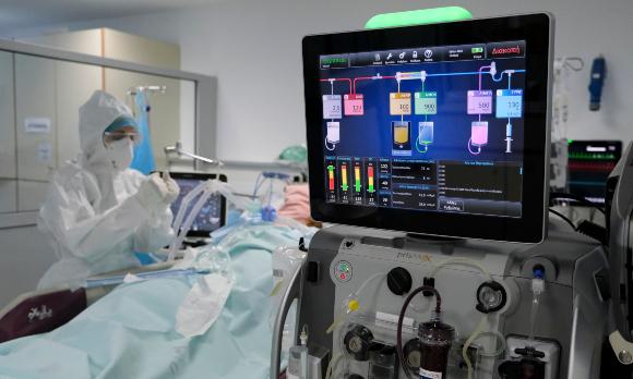 בדיקת אולטרה-סאונד ללב של חולה קורונה בטיפול נמרץ, בבית חולים באתונה, יוון | צילום: Alexandros Michailidis, Shutterstock