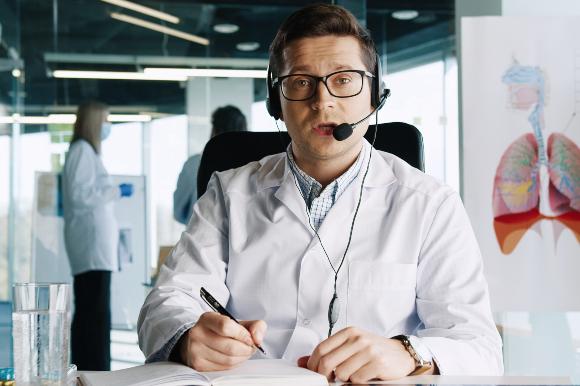 התחקיר האפידמיולוגי הוא מרכיב חשוב בקטיעת שרשרת ההדבקה. איש צוות בישחת טלפון | צילום: M_Agency, Shutterstock