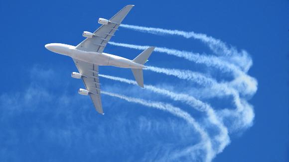 שובל הפליטה של מטוס נוסעים | צילום: Aerial-motion, Shutterstock
