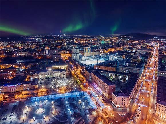 העיר מורמנסק שבצפון רוסיה היא העיר הגדולה ביותר מצפון לחוג הקוטב הצפוני, ומתאפיינת בלא פחות מארבעים ימי חשכה בשיא החורף | Shutterstock, Parilov