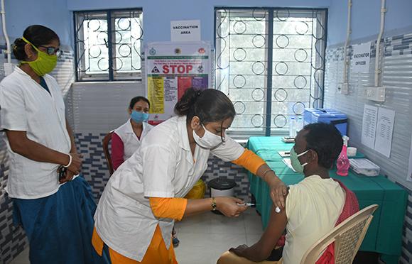 חיסוני קורונה, בחבל מערב בנגל, שבצפון מזרח הודו   צילום: Sanjoy Karmakar, Shutterstock