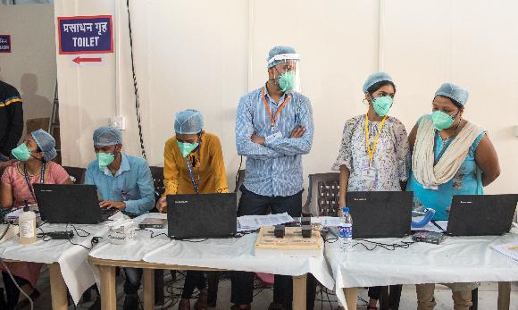 הכנות למבצע חיסונים במומבאי, הודו   צילום: Manoej Paateel, Shutterstock