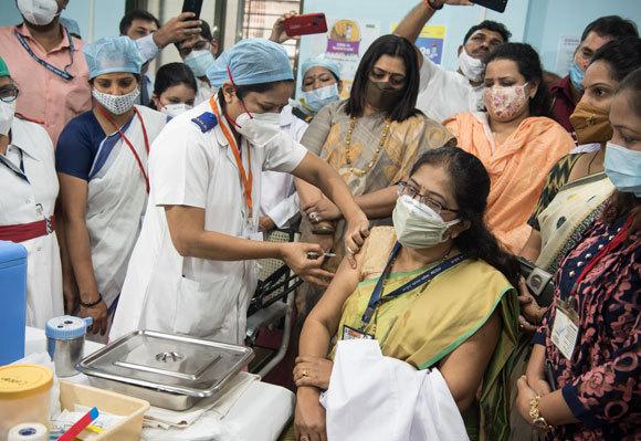 מנהלת בית חולים במומבאי מקבלת חיסון | צילום: Manoej Paateel, Shutterstock
