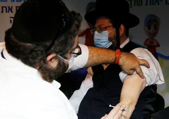 חיסון קורונה בירושלים | צילום: Gil Cohen Magen, Shutterstock