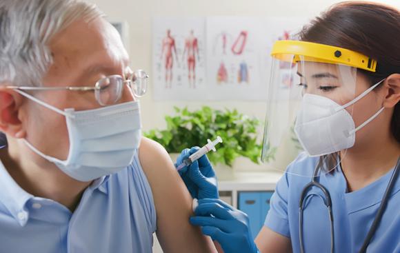 קצב החיסון ממשיך לעלות, ועומד על כ-20 מיליון מנות ביממה. אחות נותנת חיסון לגבר | Shutterstock, aslysun