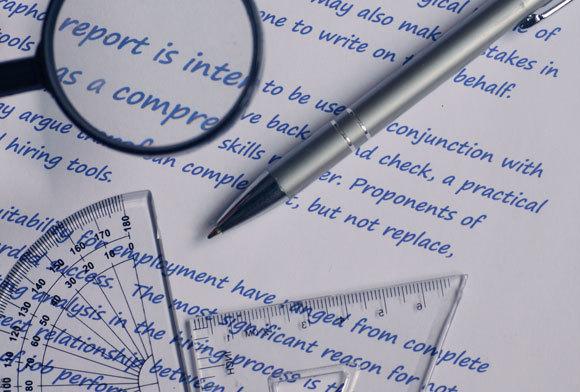 אילוסטרציה של אנליזת כתב יד, עם מד זווית וזכוכית מגדלת | Shutterstock, kronikarz.com