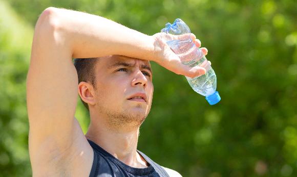 אדם בפעילות גופנית עם בקבוק מים | Shutterstock, ElenaYakimova