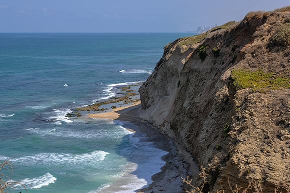 מצוק הכורכר בחוף הים התיכון בגן הלאומי אפולוניה, סמוך להרצליה | צילום:  MoLarjung, Shutterstock