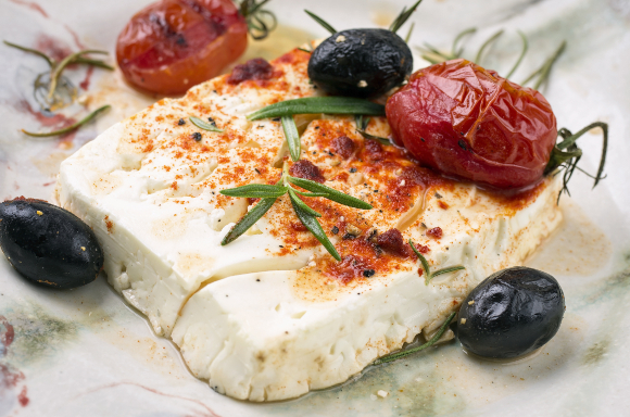 גבינת פטה אפויה (עם זיתים, עגבניות ורוזמרין) | צילום: hlphoto, Shutterstock