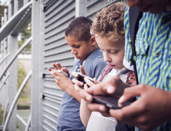 ילדים מסתכלים בסמארטפון | Shutterstock