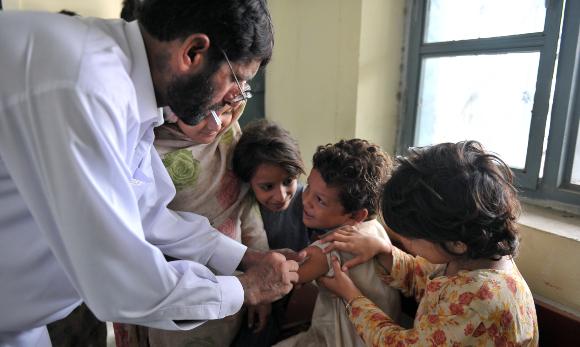 החיסון מציל את חייהם של מיליוני בני אדם בכל שנה. חיסון חצבת בבית חולים בפקיסטן | צילום: Shutterstock