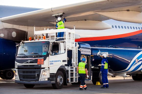 תדלוק מטוס בנמל התעופה במוסקבה | צילום: Alexander Tolstykh, Shutterstock