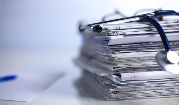 ערמה של מאמרים רפואיים | צילום אילוסטרציה: Micolas, Shutterstock