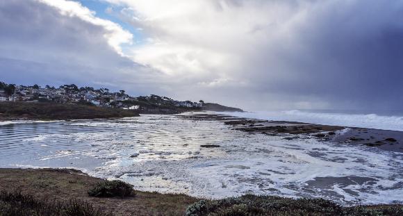 סערה בחופי קליפורניה בעקבות תופעת אל-ניניו | צילום: randy andy, Shutterstock