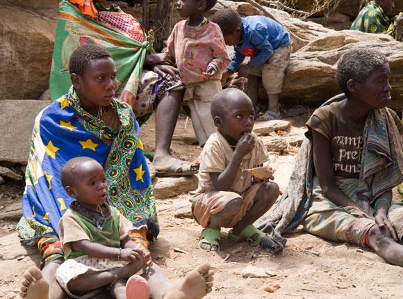 שיתוף פעולה בין דורות בגידול הילדים. נשים משבט האדזה בטנזניה | צילום: franco lucato, Shutterstock