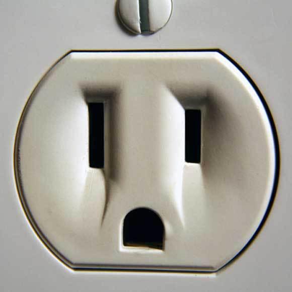 פרצופים בכל מקום. שקע חשמל בצורת פנים בעלות הבעה   צילום: William J. Mahnken, Shutterstock