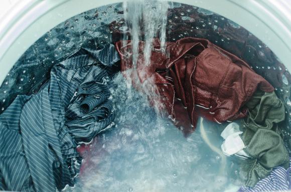 בגדים במכונת הכביסה | צילום: Werayuth Tes, Shutterstock