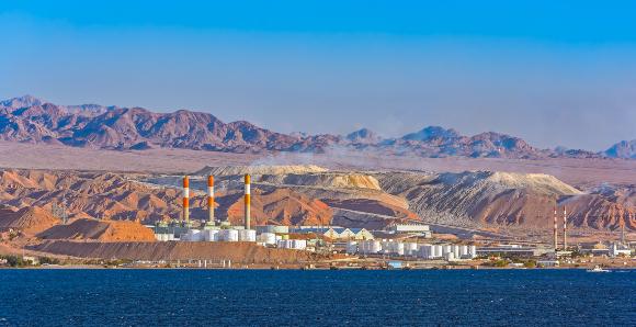 הגזים נפלטים גם ממקורות טבעיים. בתי זיקוק בצפון ים סוף, לא הרחק מעקבה שבירדן | צילום: Igor Grochev, Shutterstock