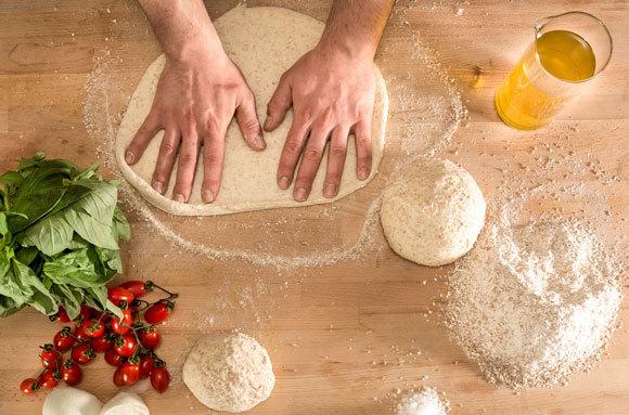 לישת בצק לפיצה | צילום: petereleven, Shutterstock
