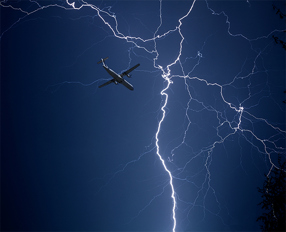 מטוס לצד ברק   Shutterstock, Dmitry ND