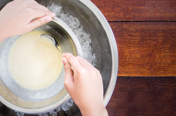 הכנת גלידה ביד | Shutterstock
