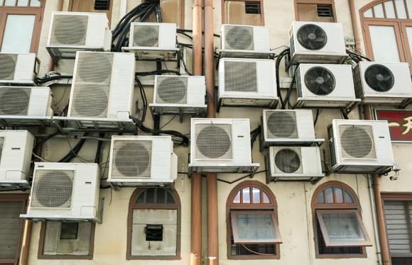 מנועי מזגנים על קיר של בית מגורים | צילום: wandee007, Shutterstock