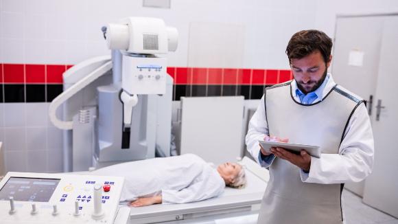 רופא בחלוק עופרת המגן מפני קרני רנטגן | צילום: wavebreakmedia, Shutterstock