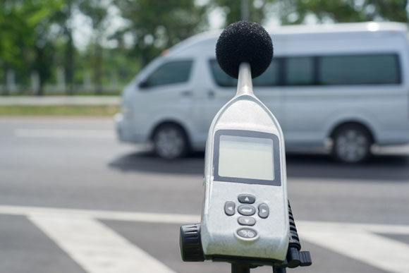 מדידת רעשי תחבורה בעזרת מד דציבלים | צילום: Choksawatdikorn, Shutterstock