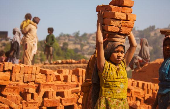 ילדה נפאלית עובדת במפעל לבנים | StanislavBeloglazov, SPL