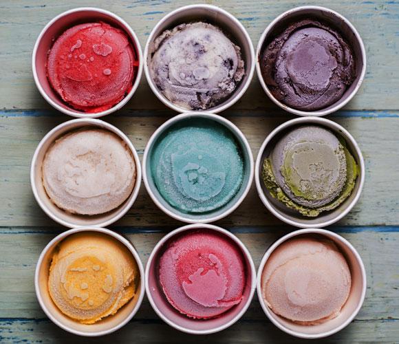 גלידה בטעמים שונים עם גבישי קרח | Shutterstock