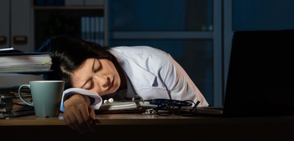 מגוון רחב של סיכונים בריאותיים - מתאונות וסרטן ועד דיכאון ובידוד חברתי. רופאה שסובלת מחוסר שינה | צילום: Shutterstock