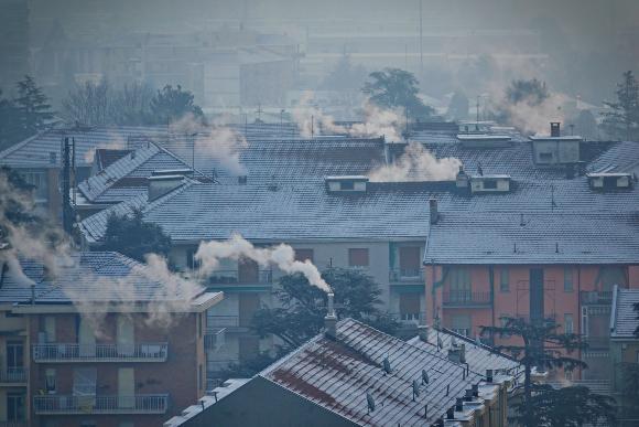 זיהום בתוך הבית, וזיהום אוויר קשה בחוץ. ארובות בתים פולטות עשן במילאנו, איטליה | צילום: MikeDotta, Shutterstock