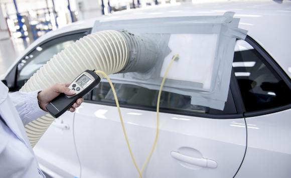 מדידת איכות האוויר במכונית | צילום: Jenson, Shutterstock